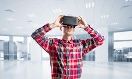 Concepto de tecnologías entretenidas modernas con el hombre que lleva la máscara de la realidad virtual Imagen de archivo
