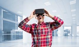 Concepto de tecnologías entretenidas modernas con el hombre que lleva la máscara de la realidad virtual Imagen de archivo libre de regalías
