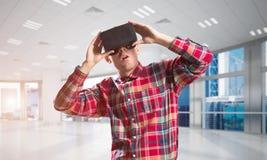 Concepto de tecnologías entretenidas modernas con el hombre que lleva la máscara de la realidad virtual Fotos de archivo