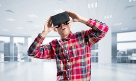 Concepto de tecnologías entretenidas modernas con el hombre que lleva la máscara de la realidad virtual Foto de archivo libre de regalías