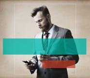 Concepto de Thinking Break Using Smartphone del hombre de negocios Foto de archivo libre de regalías