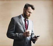 Concepto de Thinking Break Using Smartphone del hombre de negocios Imagen de archivo libre de regalías