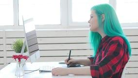 Concepto de trabajar independientemente o de trabajo de oficina Dise?ador gr?fico de sexo femenino joven con el pelo coloreado qu metrajes
