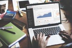 Concepto de trabajo de Internet del análisis del ordenador portátil de la carta de negocio Fotos de archivo libres de regalías