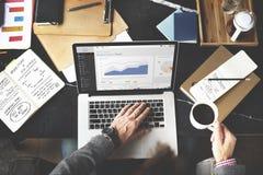 Concepto de trabajo de Internet del análisis del ordenador portátil de la carta de negocio Fotografía de archivo