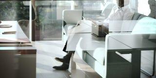 Concepto de trabajo de la estrategia de Reading Thinking Planning del hombre de negocios Imagenes de archivo
