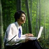 Concepto de trabajo de la inspiración del bosque de Outdoor del hombre de negocios Fotografía de archivo