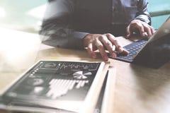 Concepto de trabajo de la mano del hombre de negocios Carbón de leña gráfico de las finanzas de los documentos imagenes de archivo
