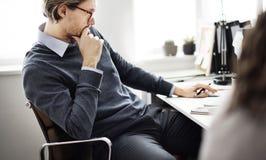 Concepto de trabajo de Thinking Ideas Strategy del hombre de negocios Imagenes de archivo
