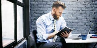 Concepto de trabajo del ordenador portátil de Thinking Planning Strategy del hombre de negocios Fotografía de archivo