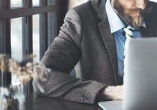 Concepto de trabajo del ordenador portátil de Thinking Planning Strategy del hombre de negocios imagenes de archivo