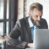 Concepto de trabajo del ordenador portátil de Thinking Planning Strategy del hombre de negocios Imagen de archivo