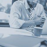 Concepto de trabajo del ordenador portátil de Thinking Planning Strategy del hombre de negocios Fotos de archivo libres de regalías