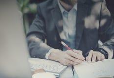 Concepto de trabajo del ordenador portátil de Thinking Planning Strategy del hombre de negocios Foto de archivo