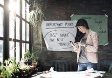 Concepto de trabajo del teléfono de Holding Using Smart de la empresaria Fotos de archivo libres de regalías