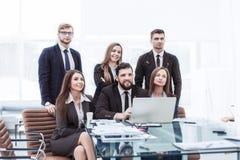 Concepto de trabajo en equipo - un equipo acertado del negocio en el lugar de trabajo en la oficina fotos de archivo