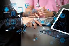 Concepto de trabajo médico, doctor que trabaja con el teléfono elegante y d del co fotografía de archivo libre de regalías
