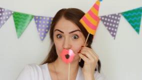 Concepto de un partido, día de fiesta, cumpleaños, festival, mascarada, decoración para la celebración Las sonrisas divertidas de metrajes