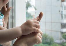 Concepto de una familia feliz - un adulto lleva a cabo la mano de un bebé Foto de archivo