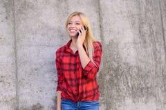Concepto de usar tecnología moderna Mujer sonriente en ropa casual que llama a su amigo Teléfono móvil del smartphone elegante de Imagen de archivo