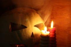 Concepto de Víspera de Todos los Santos El smilinghorror de la calabaza Con las velas del fotdve O para su diseño Fotos de archivo libres de regalías