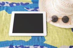 Concepto de verano que viaja con las gafas de sol y el sombrero o del smartphone Foto de archivo