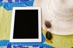 Concepto de verano que viaja con las gafas de sol y el sombrero o del smartphone Fotografía de archivo libre de regalías
