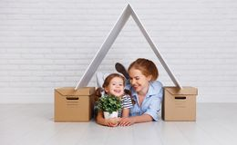 Concepto de vivienda, madre de la familia de la hipoteca y de la relocalización y ch foto de archivo libre de regalías