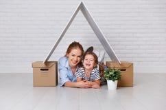 Concepto de vivienda, madre de la familia de la hipoteca y de la relocalización y ch imagen de archivo