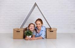 Concepto de vivienda, madre de la familia de la hipoteca y de la relocalización y ch imagenes de archivo