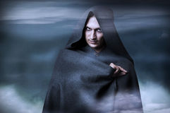 Concepto de Víspera de Todos los Santos. Retrato de la manera de la bruja masculina Fotografía de archivo libre de regalías