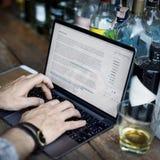 Concepto de Working Typing Article del escritor de la afición fotos de archivo