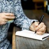 Concepto de Working Typing Article del escritor de la afición foto de archivo