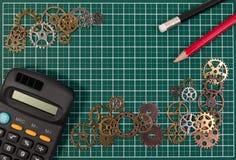 Concepto del éxito de asunto Engranajes del metal en backg de la estera de la tabla de cortar Fotos de archivo libres de regalías