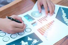 Concepto del éxito de las estadísticas de negocio: analytics marcha del hombre de negocios Foto de archivo libre de regalías