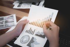 Concepto del éxito de las estadísticas de negocio: analytics marcha del hombre de negocios Fotografía de archivo