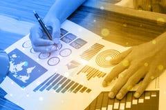 Concepto del éxito de las estadísticas de negocio: analytics marcha del hombre de negocios Imagen de archivo libre de regalías
