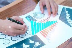 Concepto del éxito de las estadísticas de negocio: analytics marcha del hombre de negocios Imagen de archivo