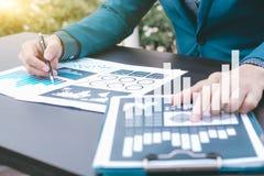Concepto del éxito de las estadísticas de negocio: fina del analytics del hombre de negocios Fotos de archivo libres de regalías