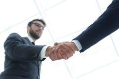 Concepto del éxito en el negocio - apretón de manos de socios Foto de archivo