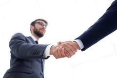 Concepto del éxito en el negocio - apretón de manos de socios Imagenes de archivo