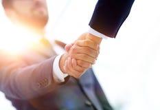 Concepto del éxito en el negocio - apretón de manos de socios Imagen de archivo libre de regalías