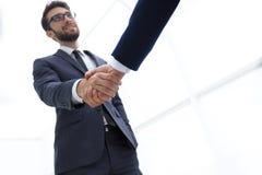 Concepto del éxito en el negocio - apretón de manos de socios Fotografía de archivo libre de regalías