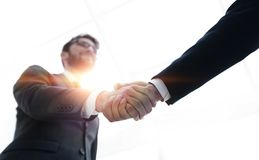Concepto del éxito en el negocio - apretón de manos de socios Fotos de archivo