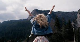 Concepto del éxito - paisaje rural La mujer apta con los brazos aumentó victoriosamente la celebración de alza acertada de la tar almacen de metraje de vídeo