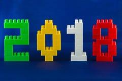 Concepto 2018 del año de Lego New con los cubos de Lego en fondo azul Fotografía de archivo libre de regalías