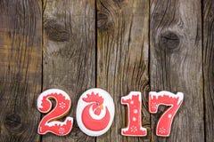 Concepto del Año Nuevo Cuadro 2017 del pan de jengibre, rama en un fondo de madera, espacio del abeto para el texto Foto de archivo libre de regalías