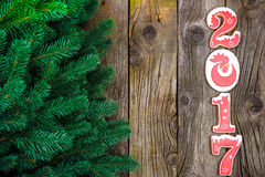 Concepto del Año Nuevo Cuadro 2017 del pan de jengibre, rama en un fondo de madera, espacio del abeto para el texto Imagen de archivo libre de regalías