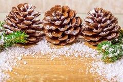 Concepto del Año Nuevo de árbol de pino adornado del cono y de las ramitas en de madera Imágenes de archivo libres de regalías