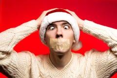 Concepto del Año Nuevo de la Navidad Hombre con el sombrero de Papá Noel que mira sca Fotografía de archivo libre de regalías